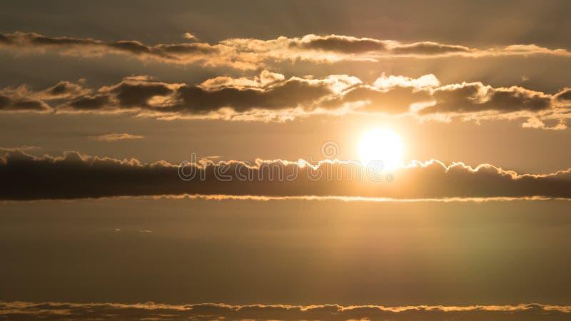 Ουρανός στο ηλιοβασίλεμα με τα οριζόντια σύννεφα και φωτεινό να λάμψει ήλιων στοκ φωτογραφία