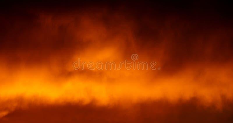 Ουρανός, σύννεφα, πυρκαγιά και καπνός ελεύθερη απεικόνιση δικαιώματος