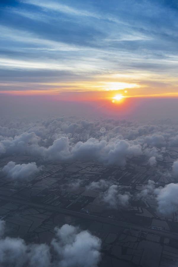 ουρανός σύννεφων skyscape στο χρόνο ηλιοβασιλέματος άποψη από το παράθυρο ενός αεροπλάνου που πετά στα σύννεφα, τοπ σύννεφα άποψη στοκ εικόνα