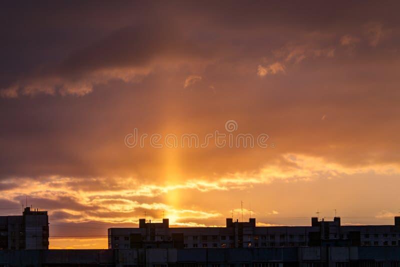 Ουρανός της Dawn πέρα από τα σπίτια στοκ εικόνες με δικαίωμα ελεύθερης χρήσης