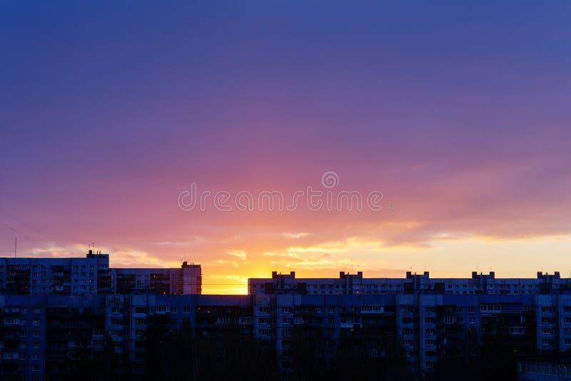 Ουρανός της Dawn στην πόλη στοκ εικόνες