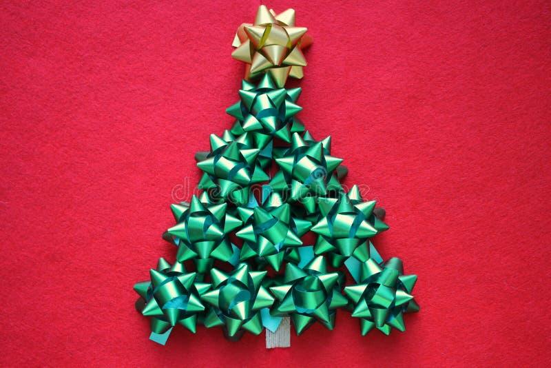 ουρανός santa του Klaus παγετού Χριστουγέννων καρτών τσαντών Χριστουγεννιάτικο δέντρο των λαμπρών τόξων στο κόκκινο υπόβαθρο στοκ φωτογραφίες