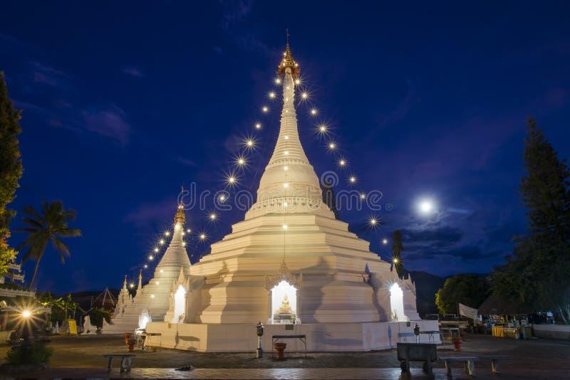 Ουρανός Wat Phra λυκόφατος που ναός Doi Kong MU στο γιο της Mae Hong στοκ εικόνα
