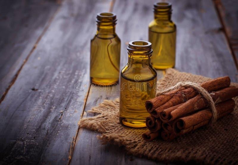 Ουσιαστικό πετρέλαιο κανέλας στα μικρά μπουκάλια στοκ φωτογραφία με δικαίωμα ελεύθερης χρήσης
