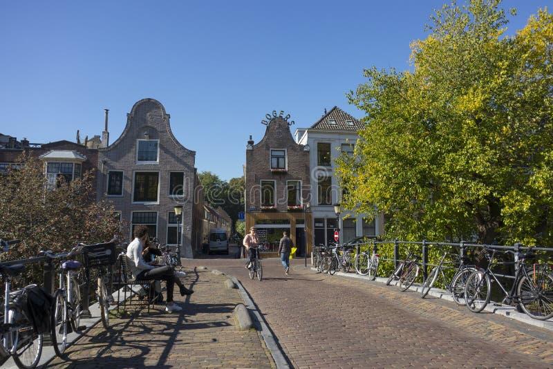 Ουτρέχτη, Κάτω Χώρες - 27 Σεπτεμβρίου 2018: Γέφυρα με το σταθμευμένο βισμούθιο στοκ εικόνα