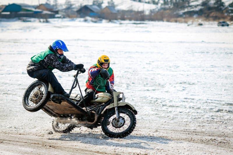 Ουλάν Ουντέ, ΡΩΣΙΑ - τον Ιανουάριο του 2014: Ανταγωνιστές στον ανταγωνισμό χειμερινών ποδηλάτων στον πάγο στοκ εικόνα με δικαίωμα ελεύθερης χρήσης