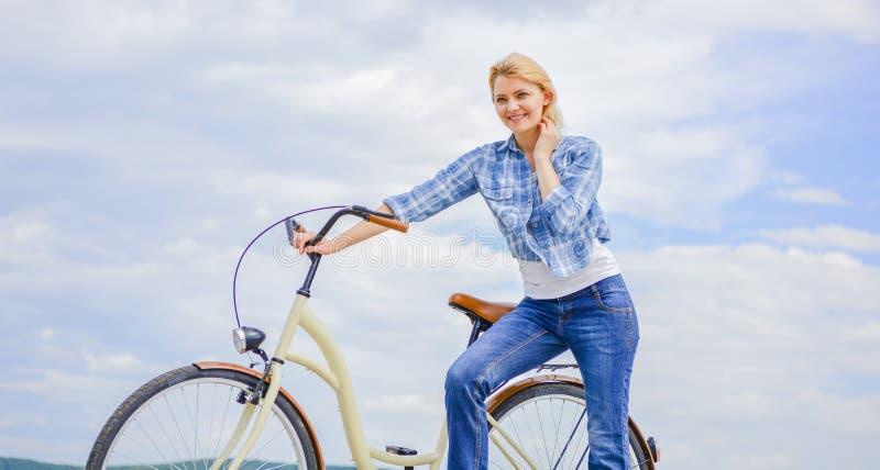 Οφέλη για την υγεία Δύναμη μυών αύξησης και ευελιξία με την οδήγηση του ποδηλάτου Οφέλη κάθε μέρα κορίτσι στοκ φωτογραφία με δικαίωμα ελεύθερης χρήσης
