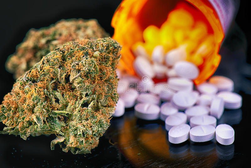 Οφθαλμοί καννάβεων και χάπια συνταγών πέρα από την αντανακλαστική επιφάνεια - στοκ φωτογραφία με δικαίωμα ελεύθερης χρήσης
