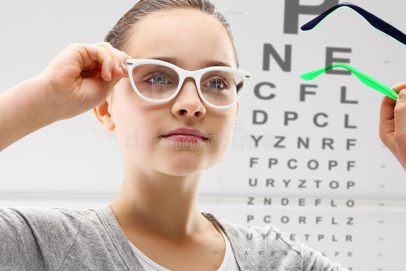 Οφθαλμολόγος, ένα παιδί στο μάτι μελέτης στοκ φωτογραφία με δικαίωμα ελεύθερης χρήσης