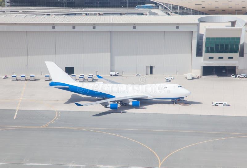 Οχήματα αεροπλάνων και υπηρεσιών στο τερματικό αερολιμένων στοκ εικόνες με δικαίωμα ελεύθερης χρήσης