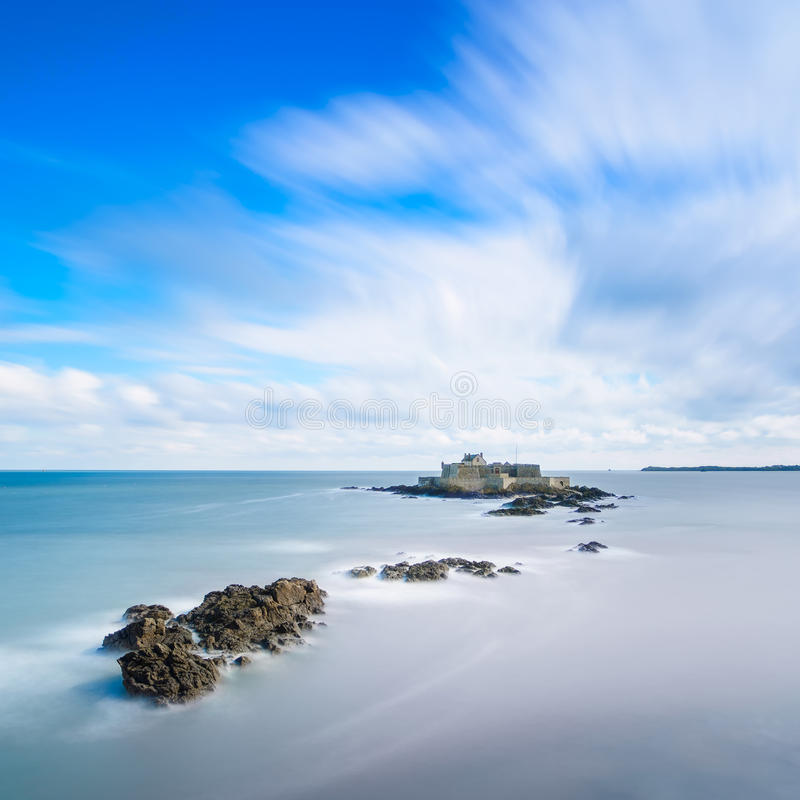 Οχυρό Αγίου Malo εθνικό και βράχοι, υψηλή παλίρροια. Βρετάνη, Γαλλία. στοκ φωτογραφίες