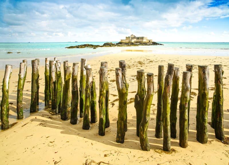 Οχυρό Αγίου Malo εθνικό και πόλοι, χαμηλή παλίρροια. Βρετάνη, Γαλλία. στοκ εικόνες