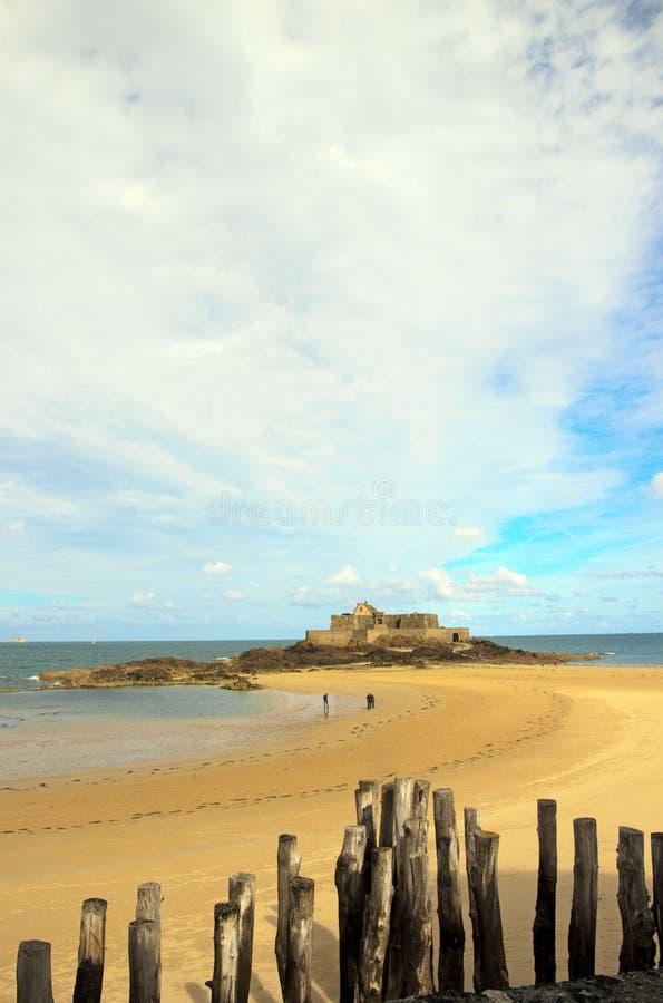 Οχυρό του ST Malo με άμπωτη Βρετάνη Γαλλία στοκ εικόνες