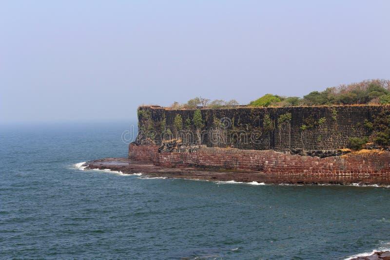 Οχυρό Suvarndurg, πίσω άποψη του προμαχώνα και αραβική θάλασσα, Fateghad, Kokan maharashtra στοκ φωτογραφίες