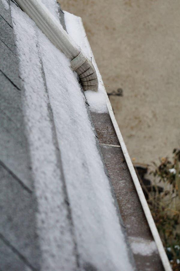 Ούτε υποκείμενες σε ντάμπινγκ Πάσχα υδρορροές χιονιού που παγώνουν στην υπερχείλιση στοκ φωτογραφίες