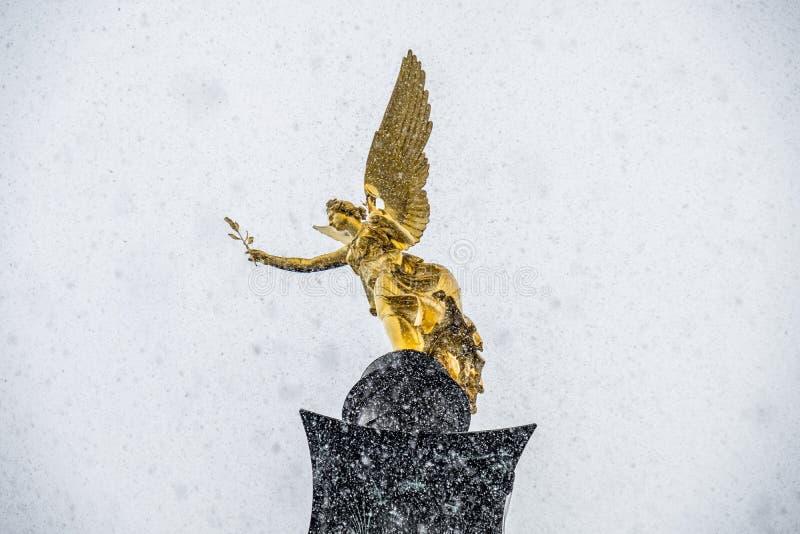 Ο άγγελος της ειρήνης στην κορυφή του μνημείου Friedensengel στο Μόναχο, Γερμανία κατά τη διάρκεια του χιονιού srorm στοκ φωτογραφία