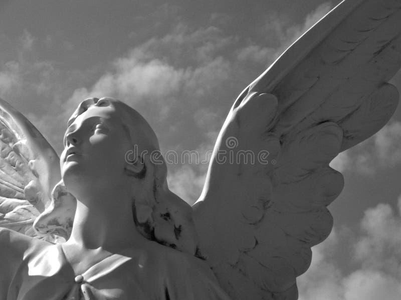 Ο άγγελος κοιτάζει στους ουρανούς στοκ εικόνα με δικαίωμα ελεύθερης χρήσης