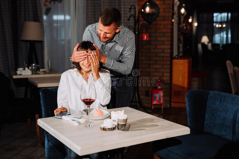 Ο άνδρας κάνει μια έκπληξη για μια γυναίκα στο εστιατόριο στοκ φωτογραφία με δικαίωμα ελεύθερης χρήσης