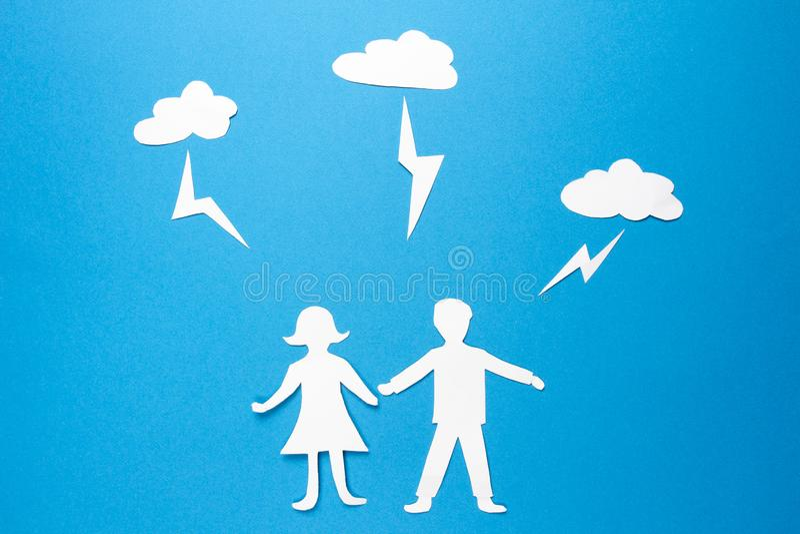 Ο άνδρας και η γυναίκα εγγράφου Origami κρατούν τα χέρια κάτω από τις απεργίες αστραπής Οικογένεια χρηματοκιβωτίων και ασφάλειας  στοκ φωτογραφία με δικαίωμα ελεύθερης χρήσης