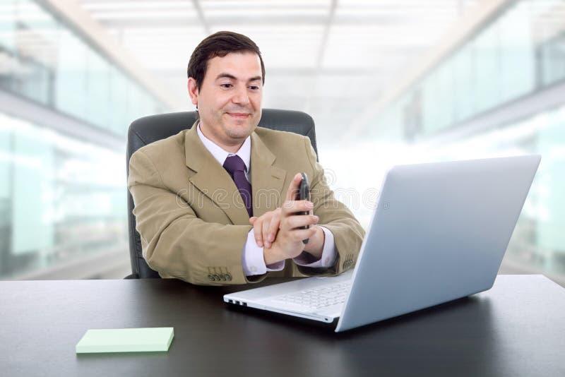 """Ο άνδρας που εργάζεται με Ï""""Î¿ είναι φορητός υπολογιστής στοκ εικόνες"""