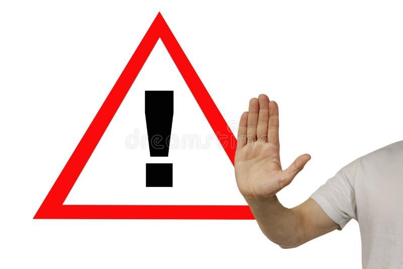 Ο άνθρωπος δείχνει ένα θαυμαστικό με το χέρι του σε μια χειρονομία STOP, έννοια κινδύνου, προειδοποίηση, οριζόντια, κοντινό πλάνο στοκ φωτογραφία με δικαίωμα ελεύθερης χρήσης