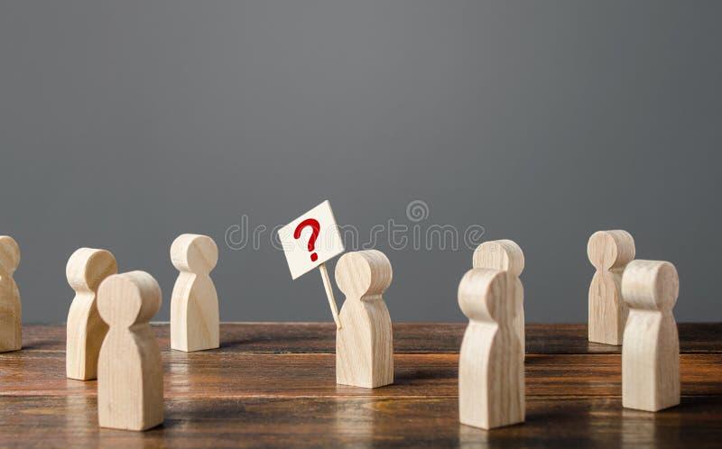 Ο άνθρωπος εφιστά την προσοχή στο θέμα Κάνοντας ερωτήσεις, ψάχνοντας για αλήθεια Περιέργεια Δημοσκόπηση Κοινωνικά προβλήματα και στοκ φωτογραφίες με δικαίωμα ελεύθερης χρήσης