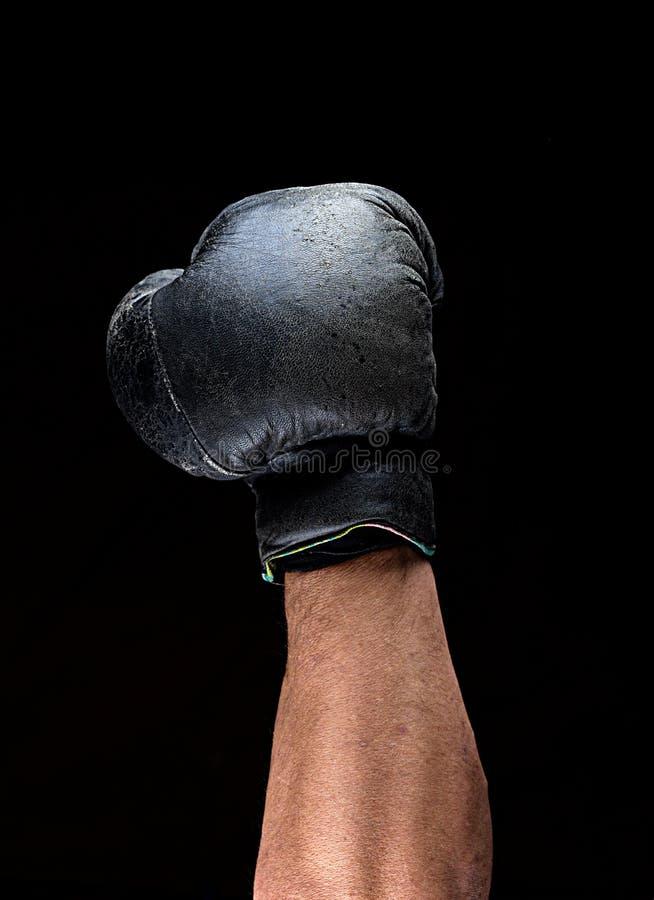 Ο άνθρωπος παραδίδει το μαύρο εγκιβωτίζοντας γάντι δέρματος που αυξάνεται επάνω στοκ εικόνα με δικαίωμα ελεύθερης χρήσης
