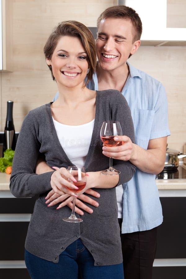 Ο άνδρας και η γυναίκα με goblets αγκαλιάζουν το ένα άλλο στοκ εικόνες