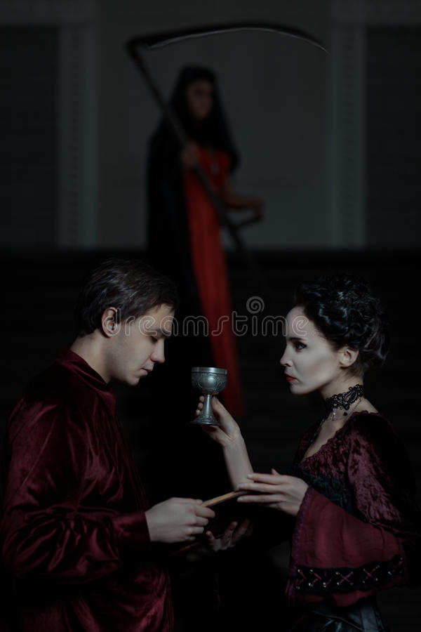Ο άνδρας κρατά ένα βιβλίο, και τη γυναίκα με το φλυτζάνι στοκ φωτογραφία