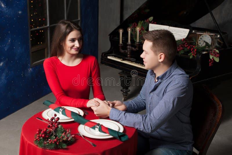 Ο άνδρας ομολογεί την αγάπη του για μια όμορφη γυναίκα στοκ φωτογραφίες
