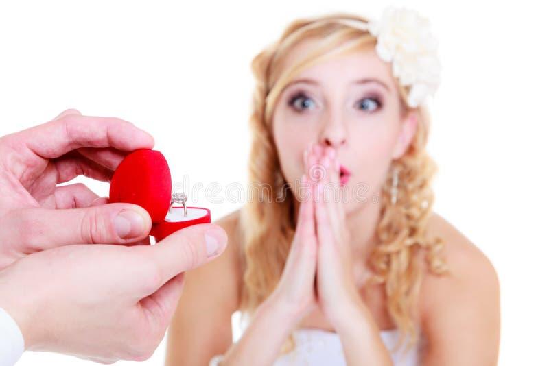 Ο άνδρας προτείνει στη συγκλονισμένη γυναίκα στοκ φωτογραφία