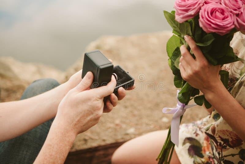 Ο άνδρας υποβάλλει την προσφορά γυναικών να πάρει δεσμευμένη στοκ φωτογραφία
