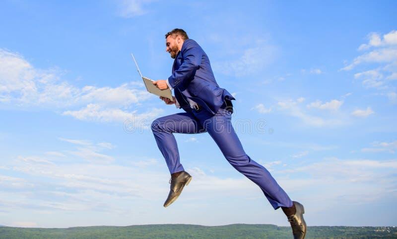 Ο άριστος παροχέας υπηρεσιών Ίντερνετ αυξάνει επάνω στην ποιοτική σύνδεση Γρήγορο άτομο σύνδεσης στο Διαδίκτυο τόσο με το άλμα la στοκ φωτογραφία με δικαίωμα ελεύθερης χρήσης