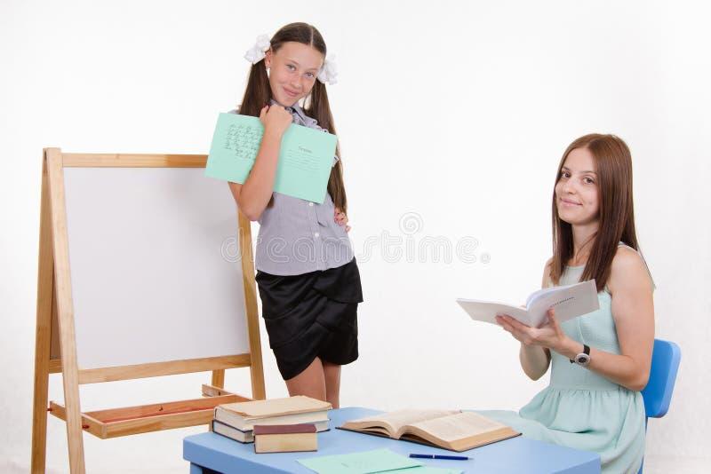 Ο δάσκαλος βάζει την κορυφή πέντε στο ημερολόγιο σπουδαστών στοκ εικόνες με δικαίωμα ελεύθερης χρήσης