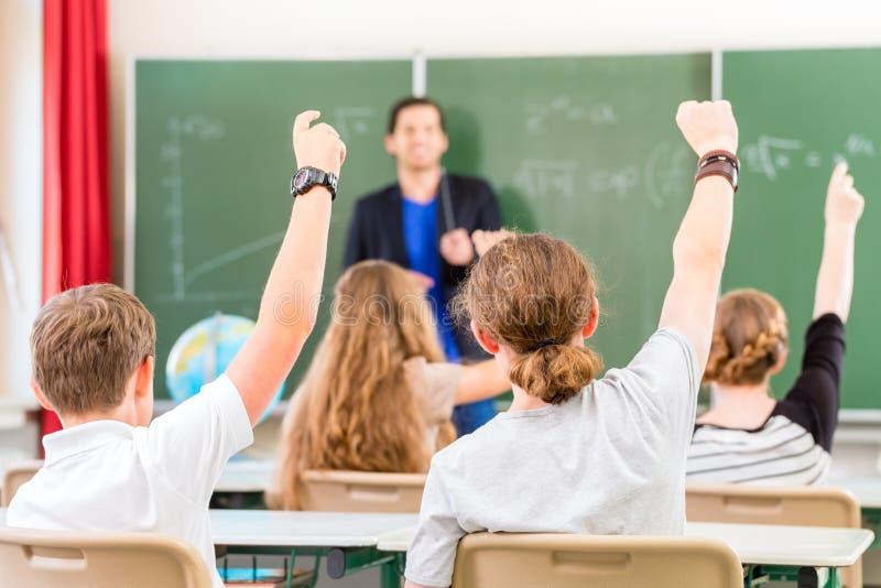 Ο δάσκαλος εκπαιδεύει ή διδασκαλία μια κατηγορία μαθητών στο σχολείο στοκ φωτογραφία με δικαίωμα ελεύθερης χρήσης