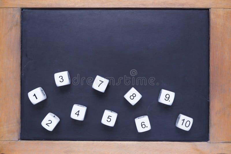 Ο άσπρος αριθμός χωρίζει σε τετράγωνα στο μικρό ξύλινο πλαισιωμένο πίνακα κιμωλίας στοκ φωτογραφία με δικαίωμα ελεύθερης χρήσης