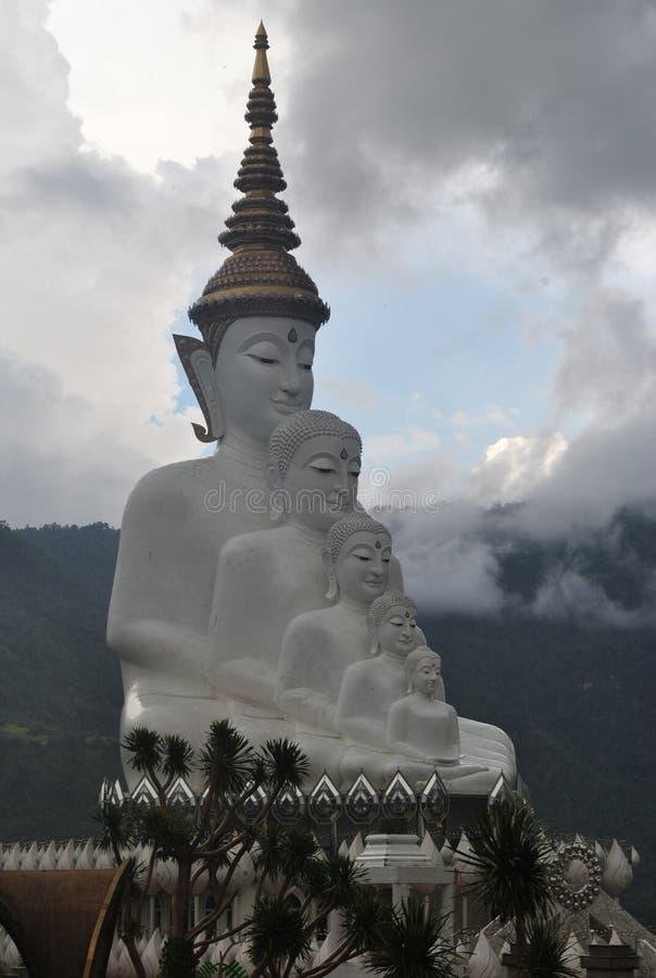 Ο άσπρος βουδισμός κάθονται και η αρχιτεκτονική περισυλλογής με το βουνό και το σύννεφο υποβάθρου στοκ φωτογραφίες