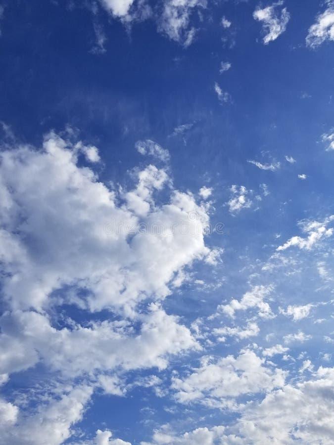 Ο άσπρος σωρείτης καλύπτει ενάντια σε έναν βαθύ μπλε ουρανό τέλειο ως αντικατάσταση για έναν πλυμένο έξω ουρανό στοκ φωτογραφία με δικαίωμα ελεύθερης χρήσης