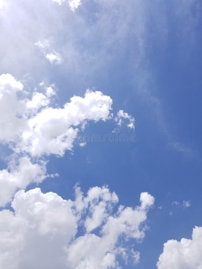 Ο άσπρος σωρείτης καλύπτει ενάντια σε έναν βαθύ μπλε ουρανό τέλειο ως αντικατάσταση για έναν πλυμένο έξω ουρανό στοκ φωτογραφία