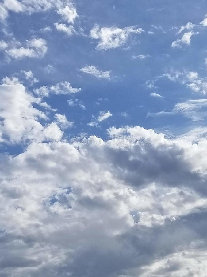 Ο άσπρος σωρείτης καλύπτει ενάντια σε έναν βαθύ μπλε ουρανό τέλειο ως αντικατάσταση για έναν πλυμένο έξω ουρανό στοκ εικόνες με δικαίωμα ελεύθερης χρήσης