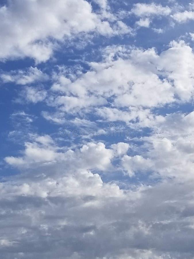 Ο άσπρος σωρείτης καλύπτει ενάντια σε έναν βαθύ μπλε ουρανό τέλειο ως αντικατάσταση για έναν πλυμένο έξω ουρανό στοκ εικόνες