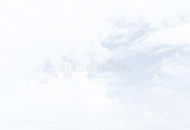 Ο άσπρος σωρείτης καλύπτει backghround στοκ εικόνες