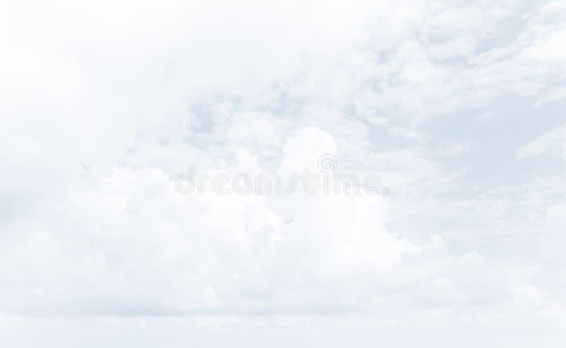 Ο άσπρος σωρείτης καλύπτει backghround στοκ φωτογραφία με δικαίωμα ελεύθερης χρήσης