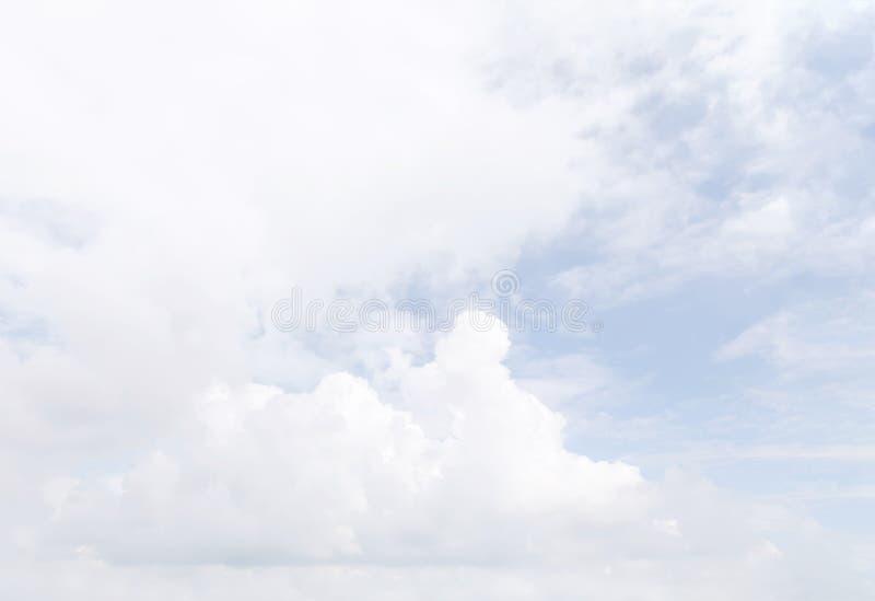 Ο άσπρος σωρείτης καλύπτει backghround στοκ φωτογραφίες