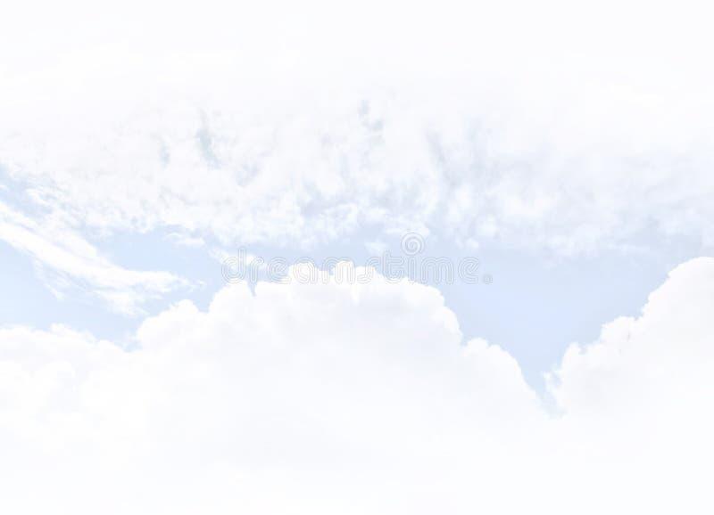 Ο άσπρος σωρείτης καλύπτει backghround στοκ φωτογραφία
