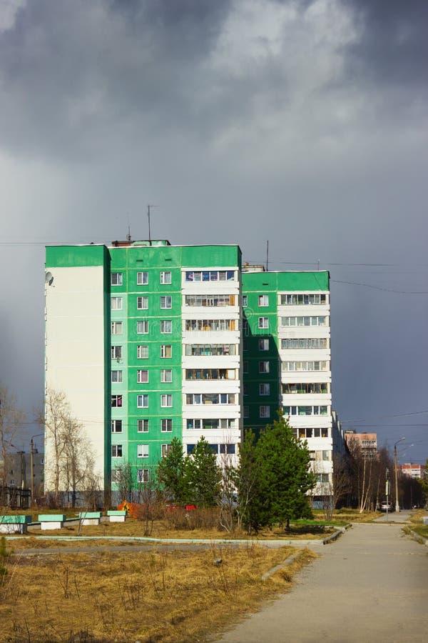Ο άσχημος καιρός πλησιάζει στην πόλη στοκ φωτογραφία