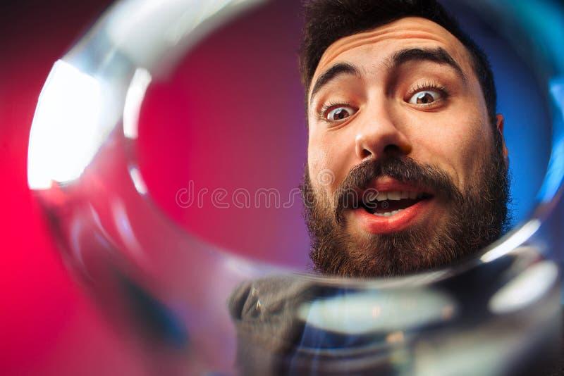 Ο έκπληκτος νεαρός άνδρας στο κόμμα ντύνει την τοποθέτηση με το ποτήρι του κρασιού στοκ φωτογραφία με δικαίωμα ελεύθερης χρήσης