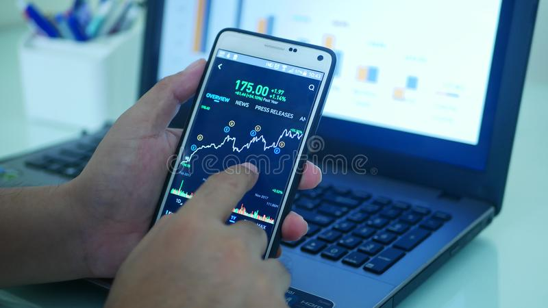 Ο έλεγχος γραφικών παραστάσεων εμπορικών συναλλαγών Forex συγκρίνει στοκ εικόνα με δικαίωμα ελεύθερης χρήσης