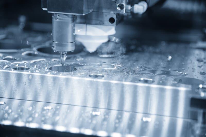 Ο έλεγχος μέτρησης συνδέει στη μηχανή καλώδιο-EDM στοκ φωτογραφίες με δικαίωμα ελεύθερης χρήσης