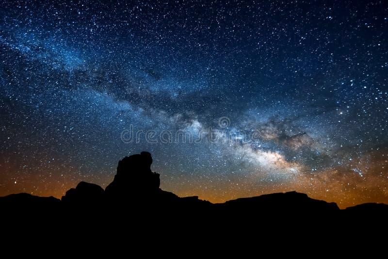 Ο έναστρος ουρανός, ο γαλακτώδης τρόπος Φωτογραφία της μακροχρόνιας έκθεσης επιτραπέζια χρήση φωτογραφιών νύχτας τοπίων εγκαταστά στοκ φωτογραφίες με δικαίωμα ελεύθερης χρήσης
